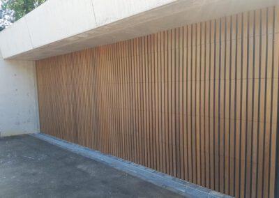 twee sectionaalpoorten en een loopdeur